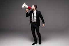 Volledige hoogte Bedrijfsmens die met een megafoon gillen Stock Fotografie