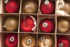 Volledige kadermening van in dozen gedane Kerstmissnuisterijen stock afbeeldingen