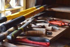 Volledige kleurenfoto van hulpmiddelen op een werkbank stock afbeeldingen