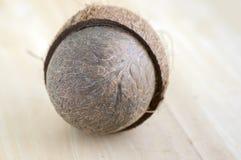 Volledige kokosnoot met notedoppen op houten bambolijst Royalty-vrije Stock Foto