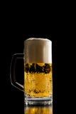 Volledige kroes van gekoeld bier met een schuimend hoofd Royalty-vrije Stock Foto's