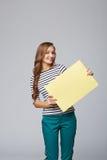 Volledige lengte die van mooie vrouw, witte bl houden zich erachter bevinden Stock Foto's