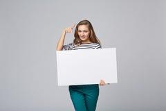 Volledige lengte die van mooie vrouw, witte bl houden zich erachter bevinden Royalty-vrije Stock Foto