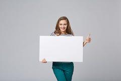 Volledige lengte die van mooie vrouw, witte bl houden zich erachter bevinden Royalty-vrije Stock Afbeelding