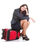 Volledige lengte jonge bedrijfsvrouw aan recente rode reis bagd Royalty-vrije Stock Foto