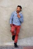 Volledige lengte koele Afrikaanse mens met dreadlocks die tegen muur leunen royalty-vrije stock afbeeldingen