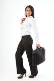 Volledige lengte ontsproten bedrijfsvrouw met laptop zak Stock Foto's