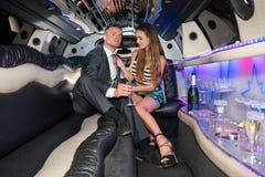 Volledige lengte van het jonge vrouw aanpassen boyfriend& x27; s band in luxuriou royalty-vrije stock foto's