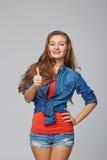 Volledige lengte van jong leuk glimlachend emotioneel meisje die u thum geven Royalty-vrije Stock Foto