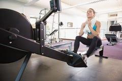 Volledige lengte van vermoeide vrouwenzitting in gymnastiek Stock Afbeeldingen