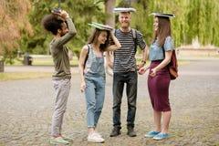 Volledige lengtemening over studenten die in campus lopen, die rond voor de gek houden Royalty-vrije Stock Afbeeldingen
