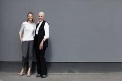 Volledige lengtemening van mooie zich en vrouwen die verenigen glimlachen Royalty-vrije Stock Foto