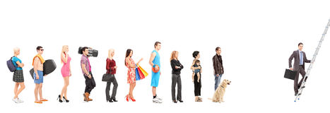 Volledige lengteportretten van mensen die in een lijn en zaken wachten Royalty-vrije Stock Foto's
