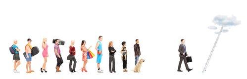Volledige lengteportretten van mensen die in een lijn en zaken wachten Stock Afbeeldingen