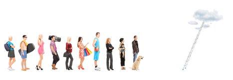 Volledige lengteportretten van mensen in een rijwachten om La te beklimmen Royalty-vrije Stock Foto