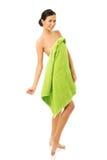 Volledige lengtevrouw status verpakt in handdoek Stock Afbeelding