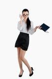 Volledige lichaams bedrijfsvrouw die een pen en een agenda houden Geïsoleerd op wh Royalty-vrije Stock Foto
