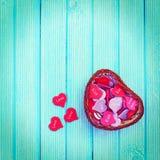 Volledige mand met harten op een blauw Stock Foto's