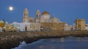 Volledige Moonrise over de Kathedraal Cadiz Spanje stock foto