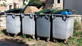 Volledige plastic afvalcontainers Stock Fotografie