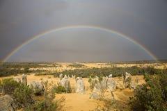 Volledige regenboog over toppen Stock Foto