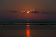 Volledige rode maan met bezinning stock fotografie