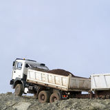 Volledige stortplaatsvrachtwagen in openlucht Royalty-vrije Stock Fotografie