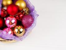 Volledige zak van giftdozen De Ornamenten van de Kerstmisbal Tijd om verrassingen, de doos van de Kerstmisgift en kleurenballen t Stock Foto's