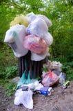 Volledige zakken huisvuil in aard na de picknick Royalty-vrije Stock Foto