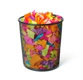 Voller Abfall mit farbigem Papier auf weißem Hintergrund Lizenzfreies Stockfoto