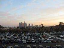 Voller Dodger-Parkplatz und im Stadtzentrum gelegenes LA im Abstand an der Dämmerung Lizenzfreie Stockfotografie