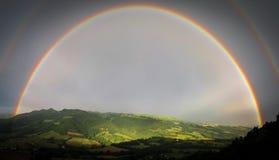 Voller doppelter Regenbogen Lizenzfreie Stockbilder
