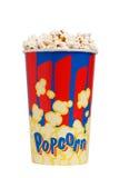 Voller Eimer Popcorn Lokalisiert auf Weiß Stockfotos