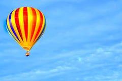 VOLLER GESCHWINDIGKEIT VORAN bunter Heißluft-Ballon steigt durch die Luft an Stockfotos