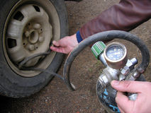 Voller Gummireifen der Pumpe. lizenzfreie stockfotos