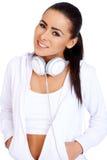 Voller Körper einer Frau, die mit Musik sich entspannt Stockbild
