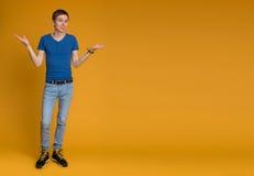In voller Länge Abbildung eines jungen beiläufigen Mannes Stockfotografie