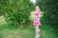 In voller Länge Portrait der lächelnden blonden Frau lizenzfreies stockfoto