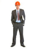 In voller Länge Portrait des Geschäftsmannes im Sturzhelm Lizenzfreies Stockbild
