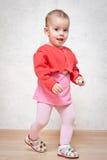 In voller Länge Portrait eines glücklichen kleinen Mädchens Stockbild