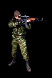In voller Länge Schuß des Soldaten mit Waffe Stockbilder