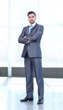 In voller Länge vom erfolgreichen reifen Geschäftsmann mit den gekreuzten Armen Stockfotografie