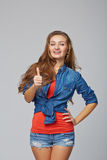 In voller Länge vom jungen netten lächelnden emotionalen Mädchen, das Ihnen thum gibt lizenzfreies stockfoto