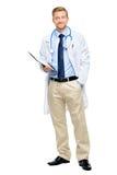 In voller Länge von überzeugtem jungem Doktor auf weißem Hintergrund Stockfoto