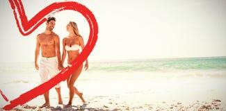 in voller Länge von den Paaren am Strand Lizenzfreie Stockfotos