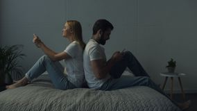 In voller Länge von den positiven Paaren, die zurück zu Rückseite sitzen stock video