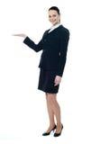 In voller Länge von der Geschäftsfrau, die copyspace zeigt lizenzfreie stockbilder