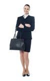 In voller Länge von der Geschäftsfrau mit Handtasche lizenzfreie stockbilder