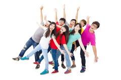 In voller Länge von der glücklichen jungen Gruppe stockbild