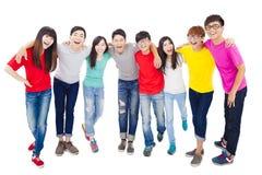 In voller Länge von der glücklichen jungen Studentengruppe lizenzfreie stockfotografie